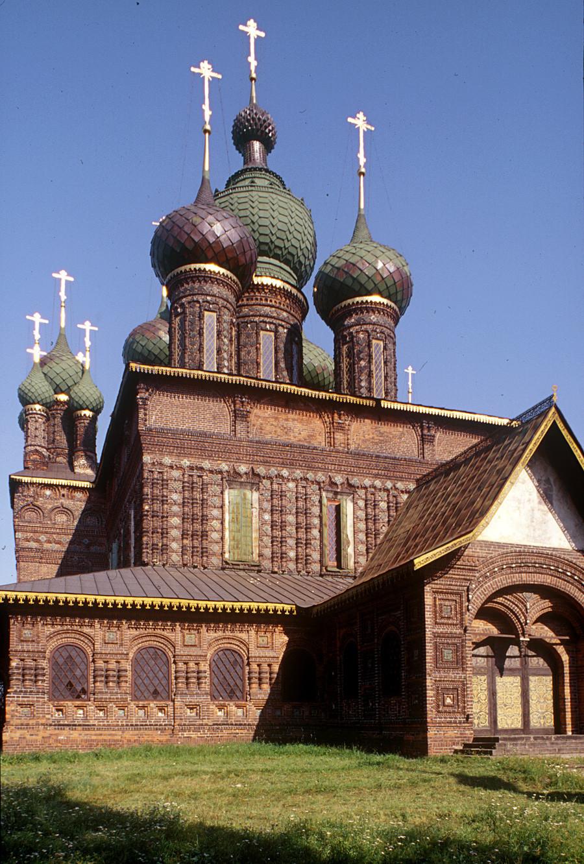 Gereja Pemenggalan Yohanes Pembaptis di Tolchkovo. Pemandangan di sisi barat laut. Jauh ke kiri: galeri utara. 24 Juli 1997.