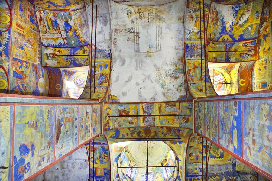 Gereja Pemenggalan Yohanes Pembaptis. Dermaga Barat dan langit-langit bagian barat. Kiri atas: fresko Masuknya Kristus ke Yerusalem. 15 Agustus 2017.