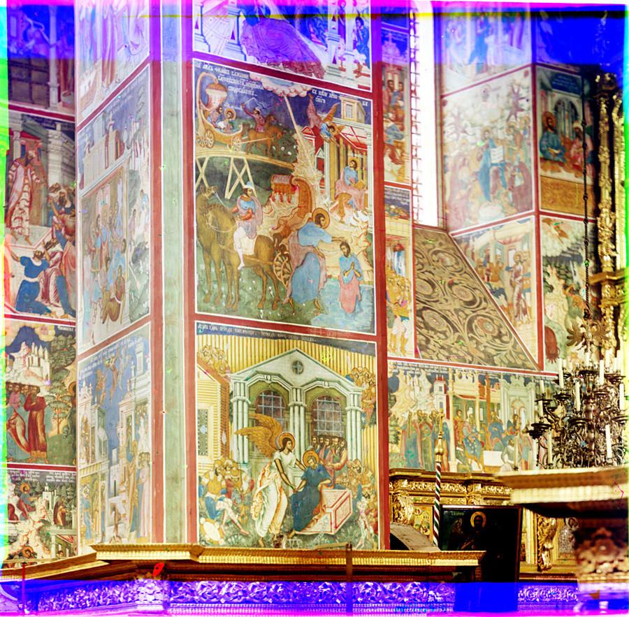 Gereja Pemenggalan Yohanes Pembaptis di Tolchkovo. Dermaga barat laut dengan fresko: St. Peter dibebaskan dari penjara (bawah) dan St. Philip membaptis seorang Kasim Ethiopia. Latar belakang: dinding utara dan layar ikon. Musim panas, 1911.