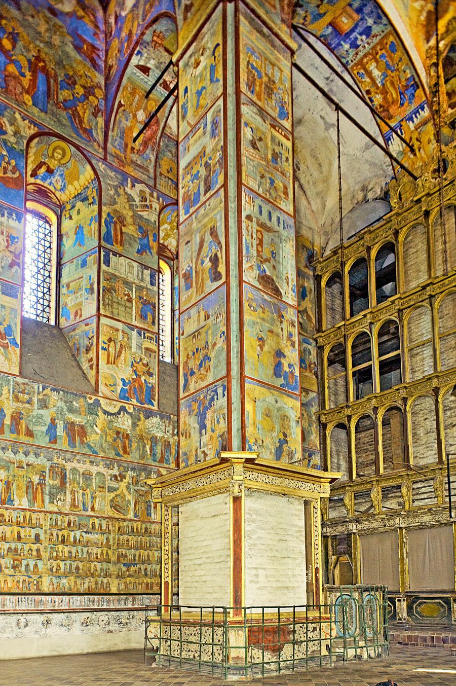 Gereja Pemenggalan Yohanes Pembaptis. Dermaga barat laut. Latar belakang: dinding utara dan layar ikon. 15 Agustus 2017.