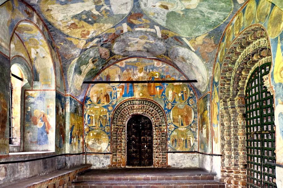 Gereja Pemenggalan Yohanes Pembaptis. Galeri utara, tampak timur. Di atas kapel portal: Penyaliban. Kubah langit-langit: fresko Enam Hari Penciptaan. Kanan: portal utara ke tempat kudus utama. 15 Agustus 2017.