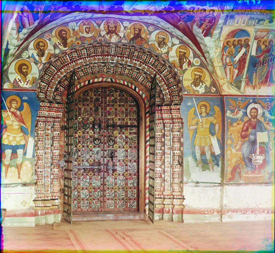 Gereja Pemenggalan Yohanes Pembaptis di Tolchkovo. Galeri barat dengan portal utama. Musim panas, 1911.