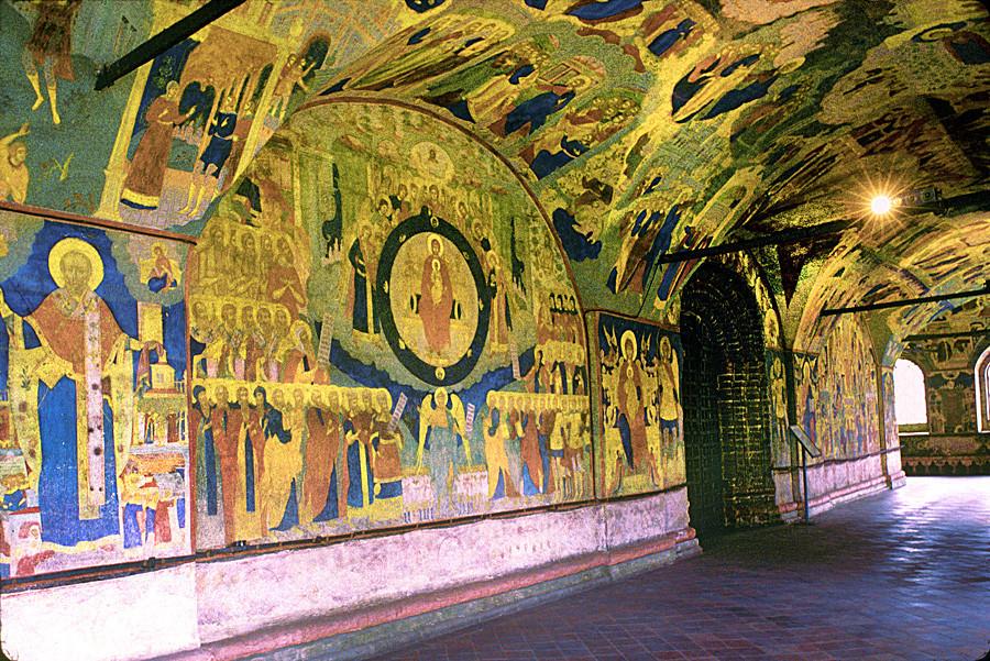 Gereja Pemenggalan Yohanes Pembaptis di Tolchkovo. Galeri Barat, pemandangan dari sudut barat laut. Pusat: portal utama. Kiri fresco: Hymne untuk Sang Perawan