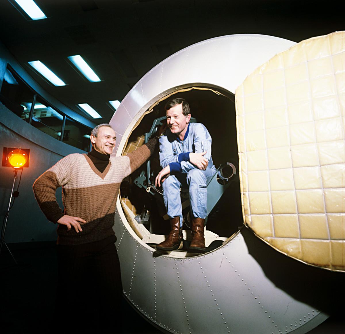 Владимир Джанибеков (вляво) и френският космонавт Жан-Лу Кретиен в космическия кораб