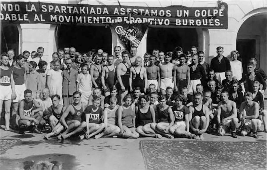 Finnische Athleten des Sportklubs Jyry Helsinki bei der Moskauer Spartakiade 1928, darunter Fußballspieler, Wrestler, Läufer, Turner und Boxer