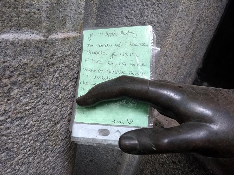 Порука у руци статуе