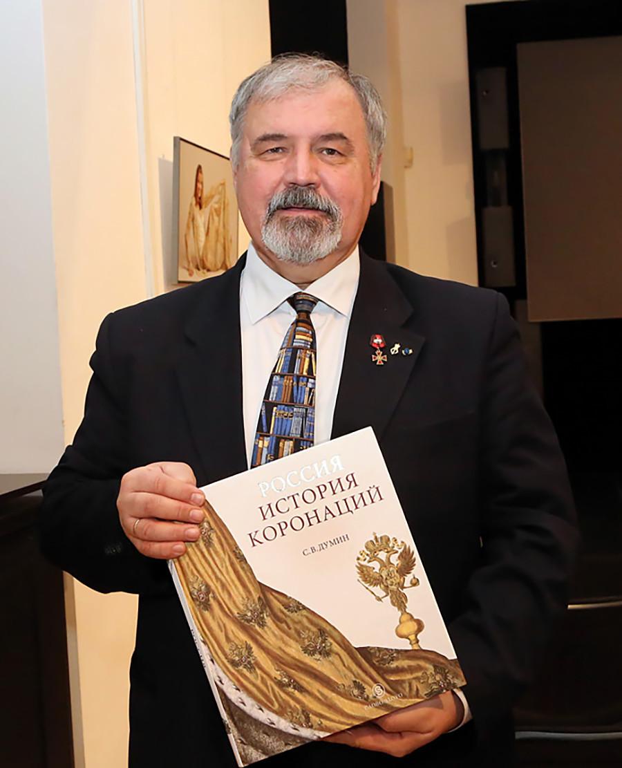 """Станислав Думин држи у рукама своју књигу """"Русија: историја крунисања"""""""