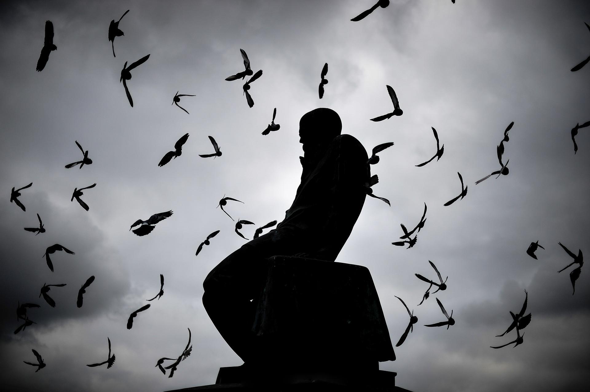 Monumento a Dostoievski situado cerca de la Biblioteca Estatal de Rusia en Moscú