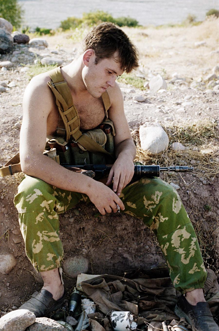 Un soldado ruso tras la batalla en la frontera tayiko-afgana. Tayikistán, el 1 de agosto de 1993