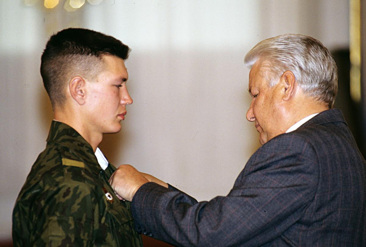 El presidente Borís Yeltsin entrega la Orden al Coraje Personal al soldado Vladímir Evguéniyev por su heroismo durante la batalla en la frontera tayiko-afgana