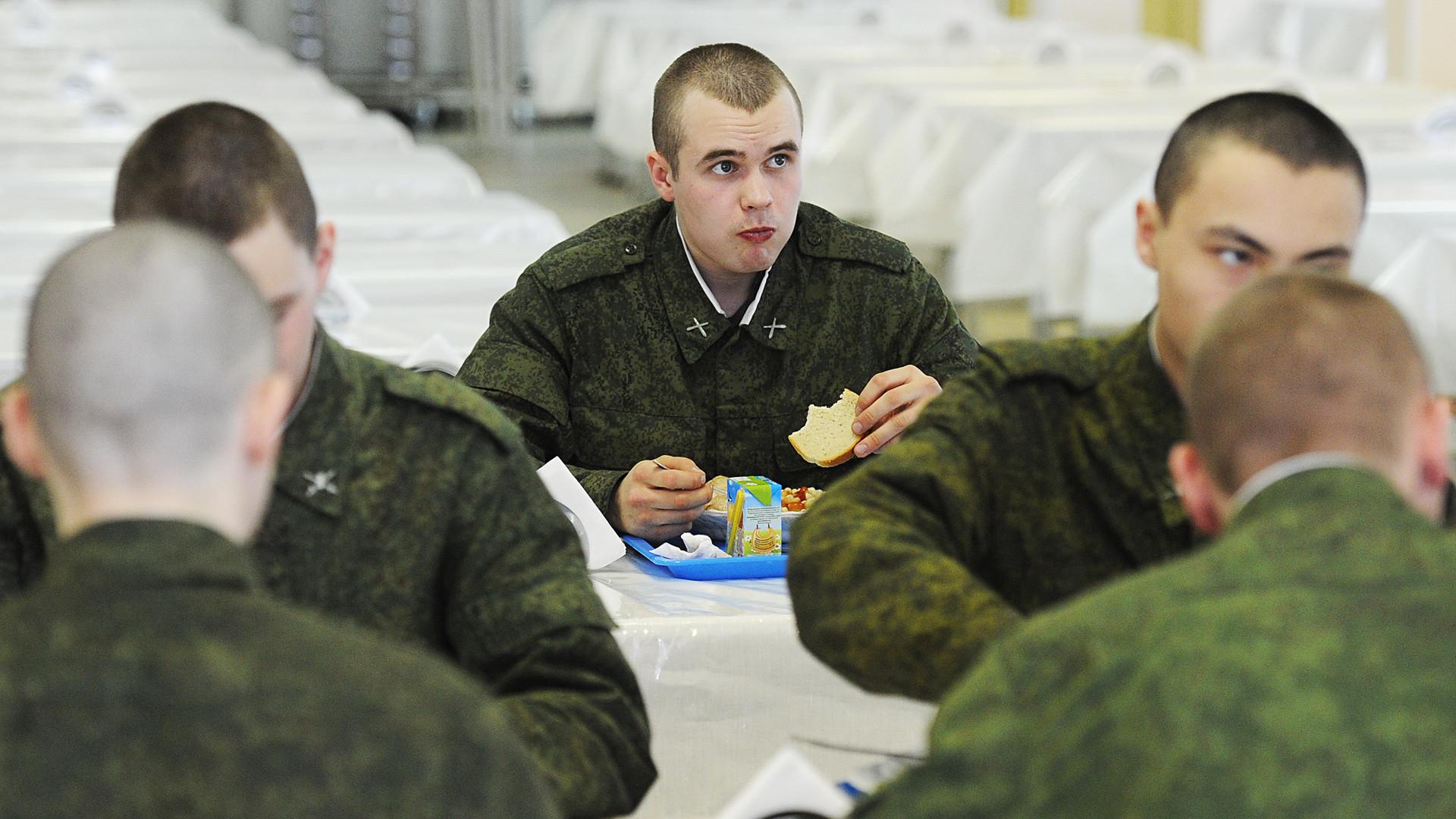 Soldados en la cantina del Centro de entrenamientos militares en Sértolovo, región de Leningrado.