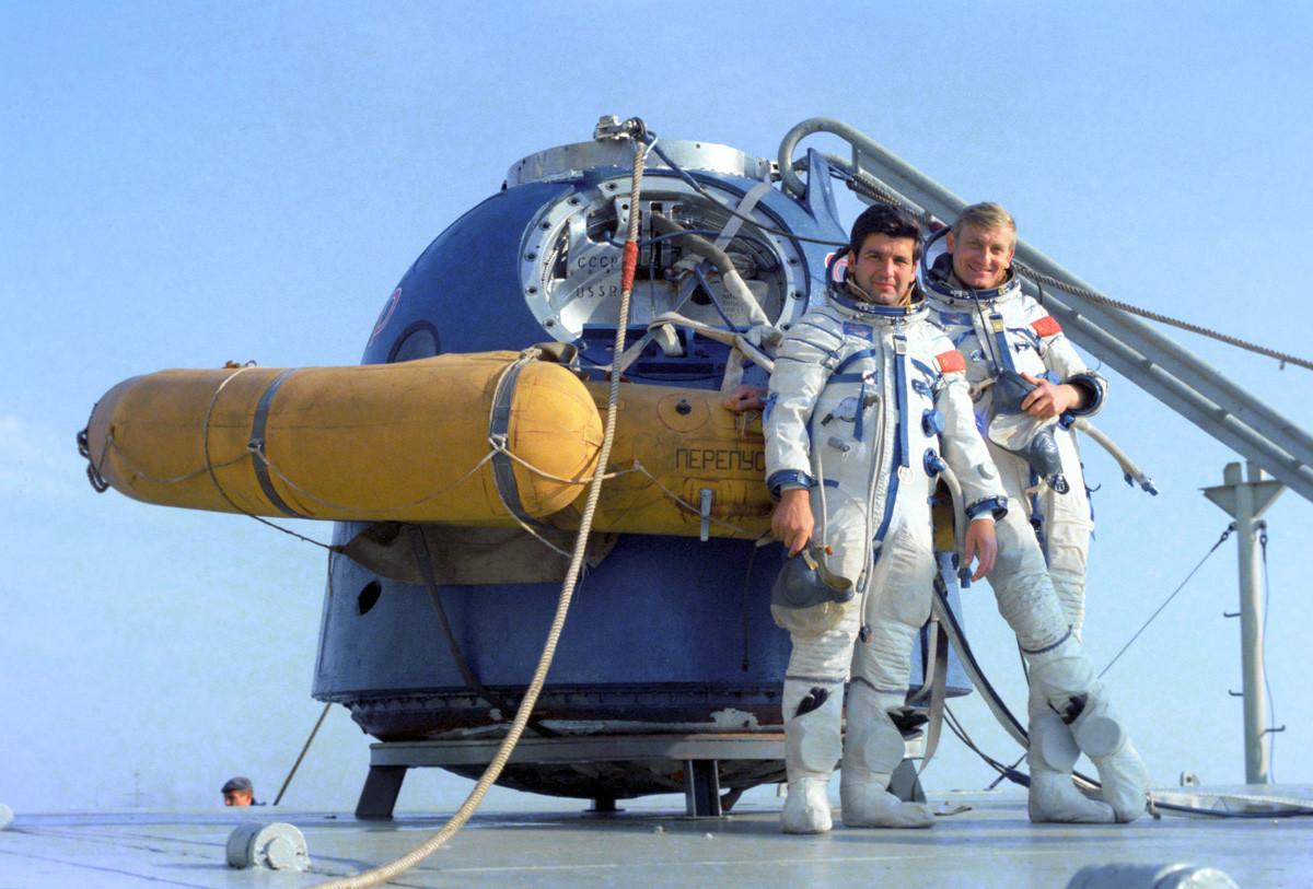 """Членовите на интернационалниот екипаж на космичкиот брод """"Сојуз-30"""" – Пјотр Климук, пилот на СССР и двократен херој на Советскиот Сојуз, командир на посадата, и Мирослав Гермашевски, космонаут-истражувач од Полска, на тренинг во отворен космос."""