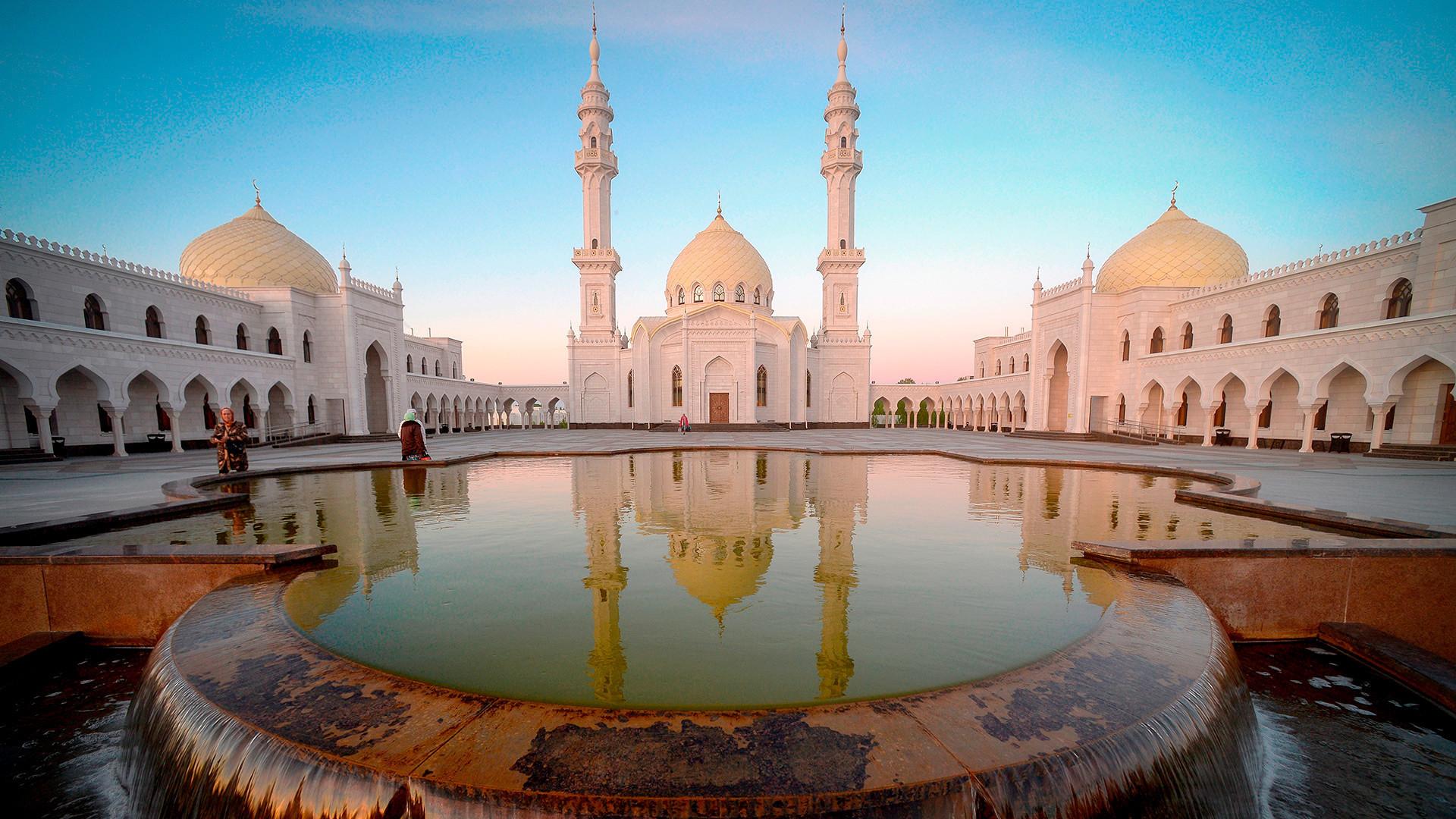 Džamija Ak Džami v mestu Bolgar ob prazniku Izge Bolgar Žjeni, ki je posvečen dnevu sprejema islama v Volški Bolgariji
