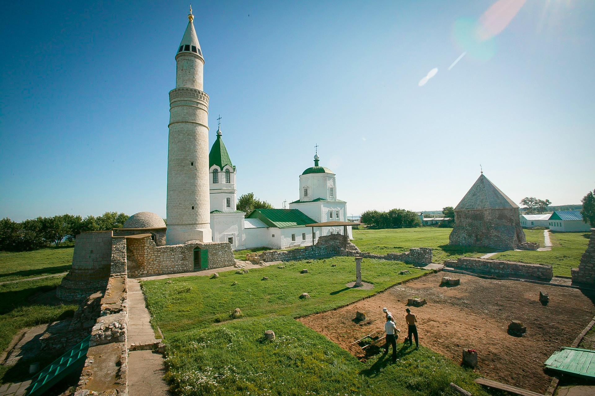 Остатоци од древниот град Болгар на Волга, главниот град на средновековната Волшко-Камска Бугарија (основан во 10 век). Споменици од 13 и од 14 век. Големо минаре и урнатините на Главната џамија од 14 век. Во позадина е Храмот на Успение на Пресвета Богородица од 18 век.