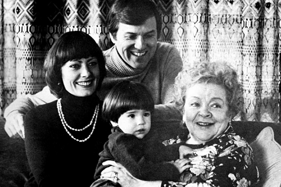 Zoja Fjodorova e Viktoria Fjodorova con il marito e il figlio