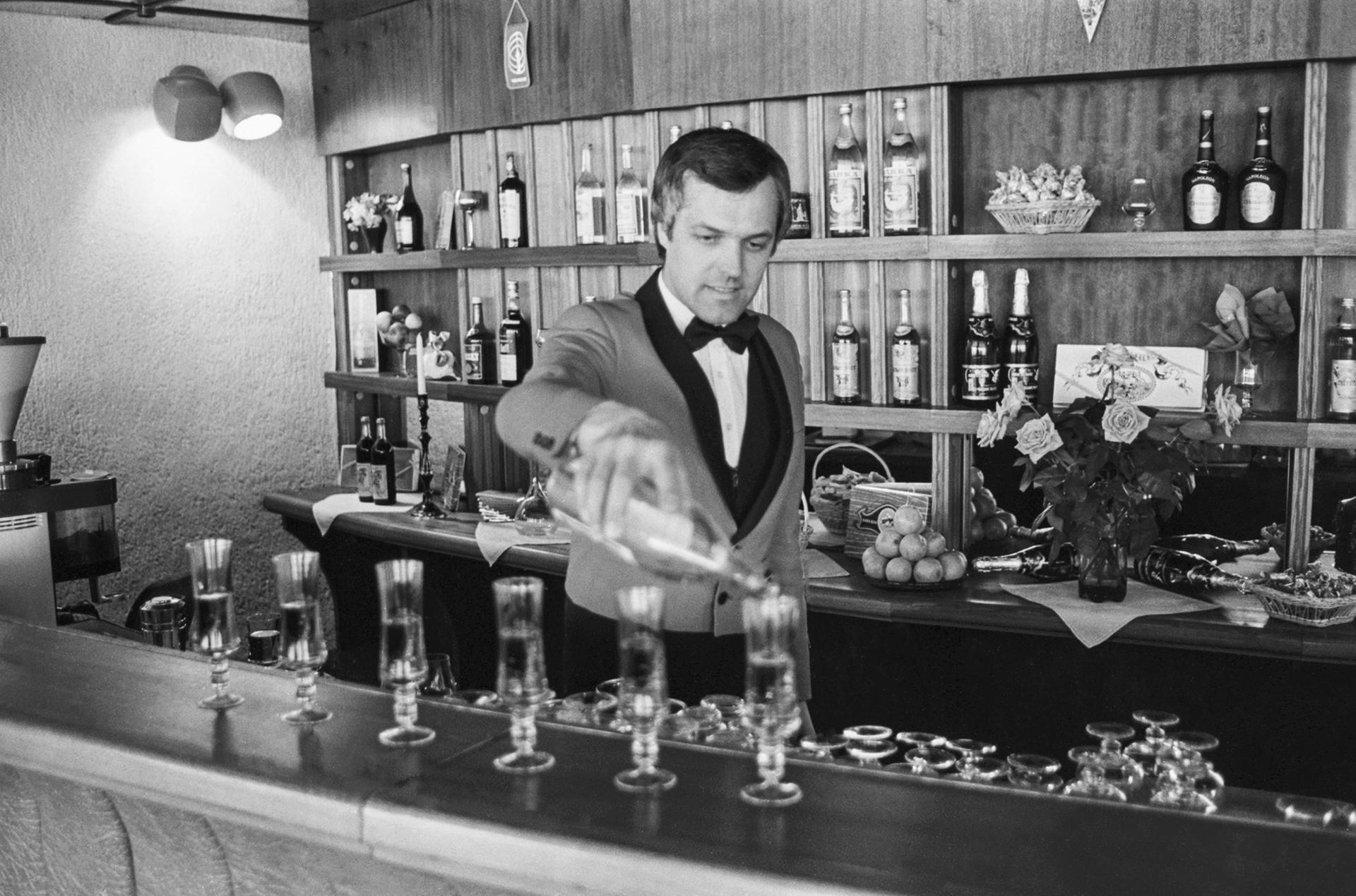 Un barman en el café ´Mlechni put´ (Vía Láctea, en español)