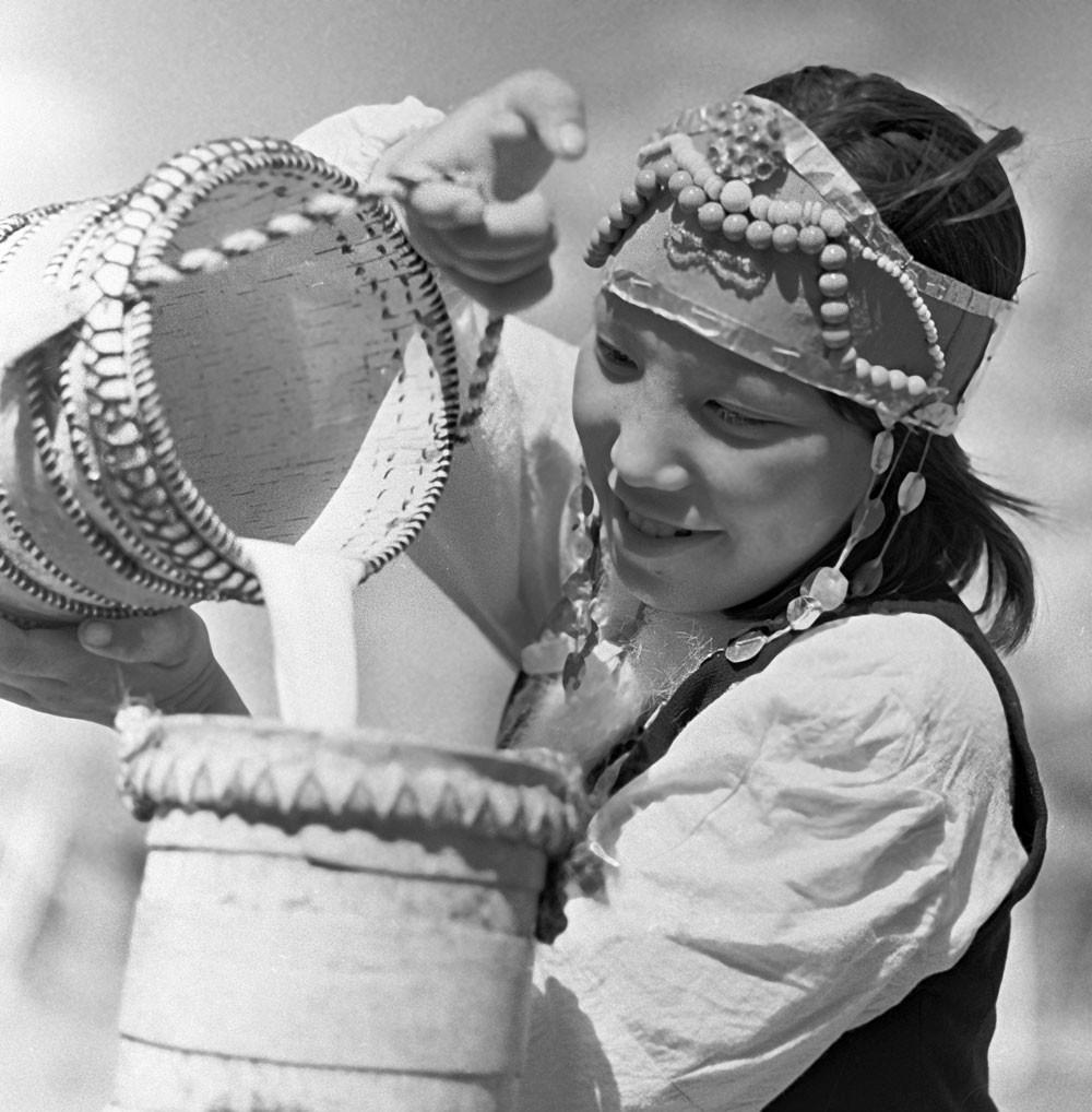 1966. Garota da Iakútia derrama kumis (leite de égua) em uma banheira