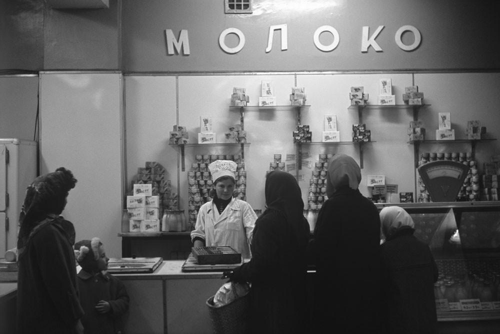 1966. Fila de clientes em loja de laticínios em Kazan (800 km a leste de Moscou)