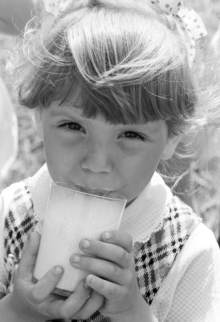 1984. Garota bebendo leite em um jardim de infância anexo ao haras Lenino (na atual Bielorrússia)