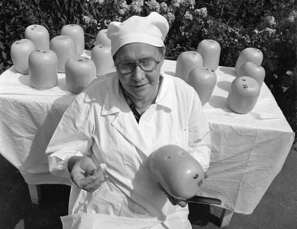 1986. Nina Tcherviatchenko, principal fabricante de queijos da fazenda coletiva Marino, na região de Kursk (500 km ao sul de Moscou)