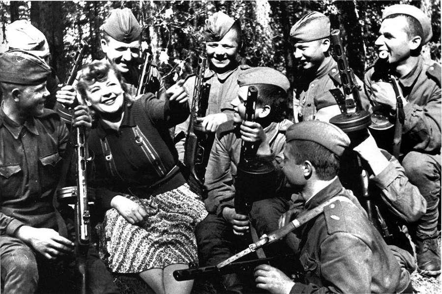 Zoia Fiodorova se apresentando na linha de frente, em 1943