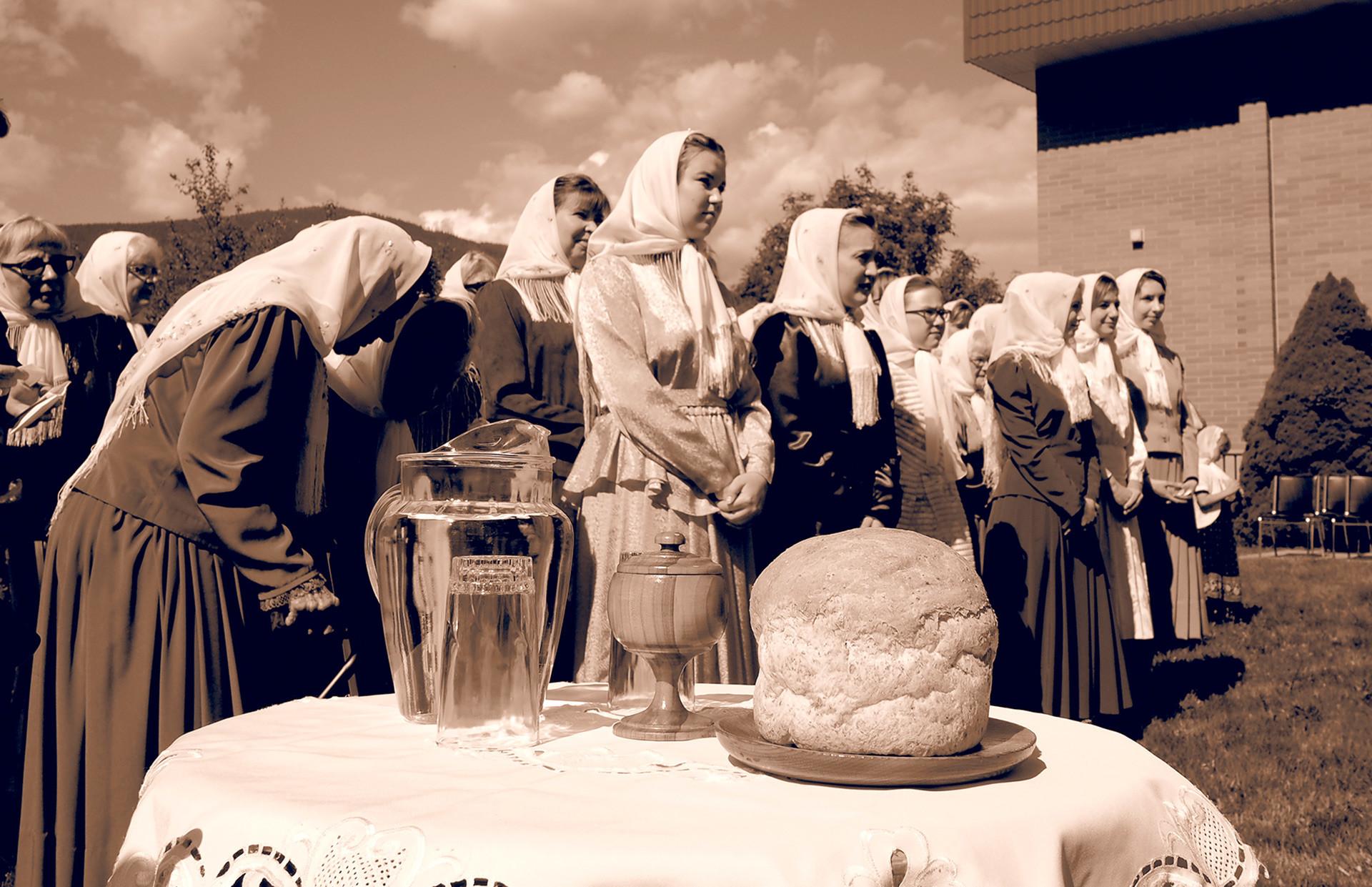 Mujeres durante una oración