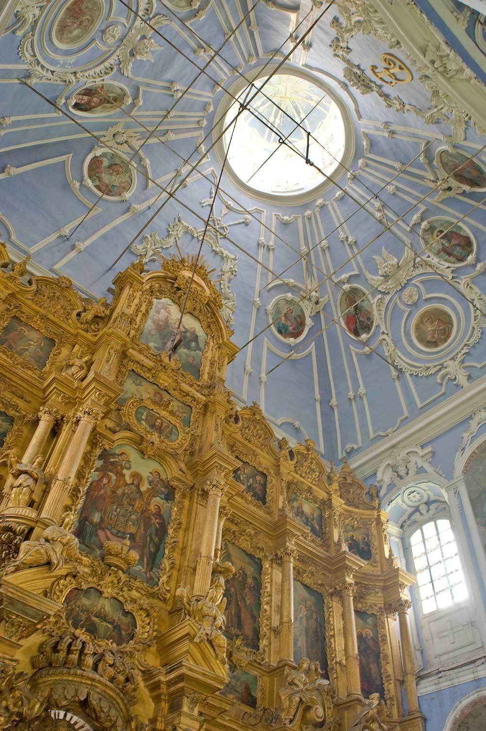 Monastero della Dormizione Goritskij. Cattedrale della Dormizione. Interno con livelli superiori dell'iconostasi. 12 luglio 2012