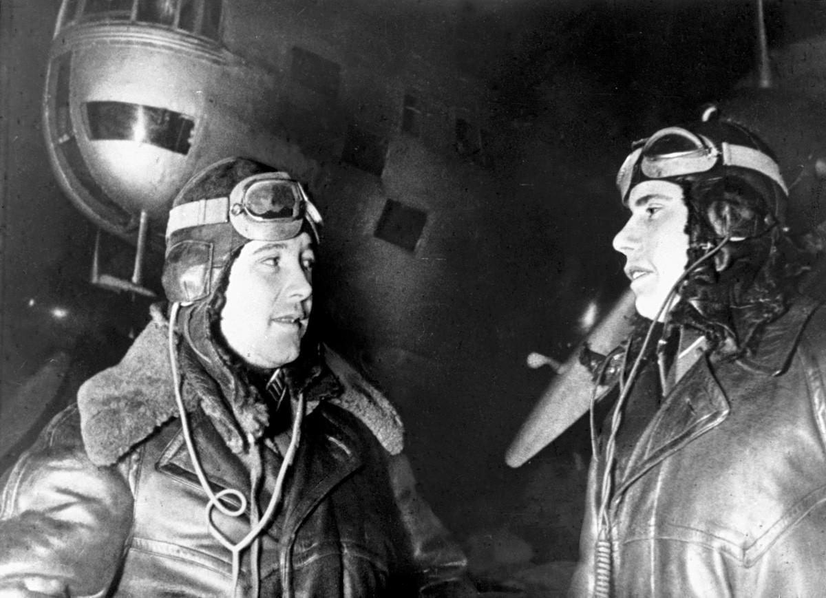Героят на Съветския съюз полковник Й. Преображенски (ляво) и навигатор П. Хохлов преди полета за Берлин