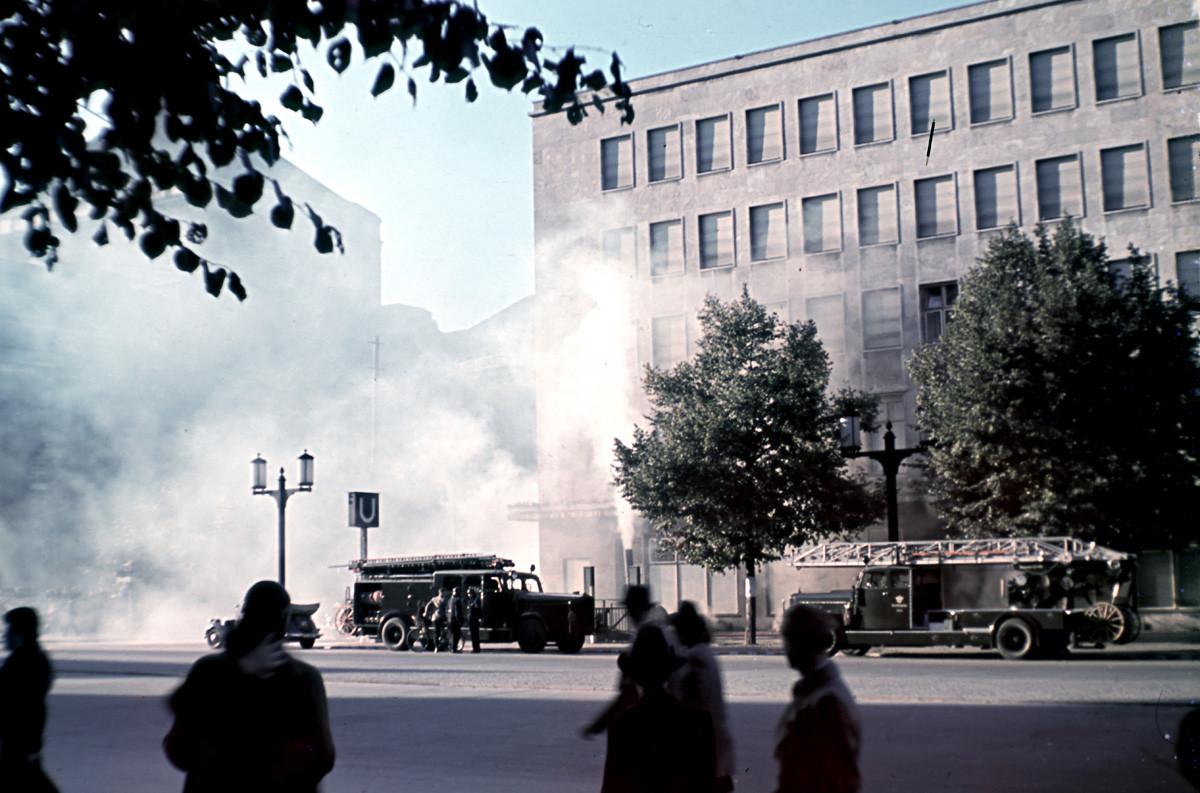 Berlin Charlottenburg, Bismarckstrasse: Горящата подземна станция Deutsches Opernhaus след бомбардировката от 1941 година