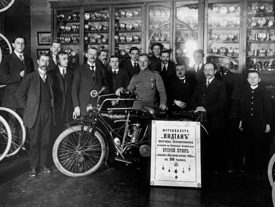 ゴルビャトニコフ中尉と「ポベーダ」商館の職員が「インディアン」というバイクを紹介している。
