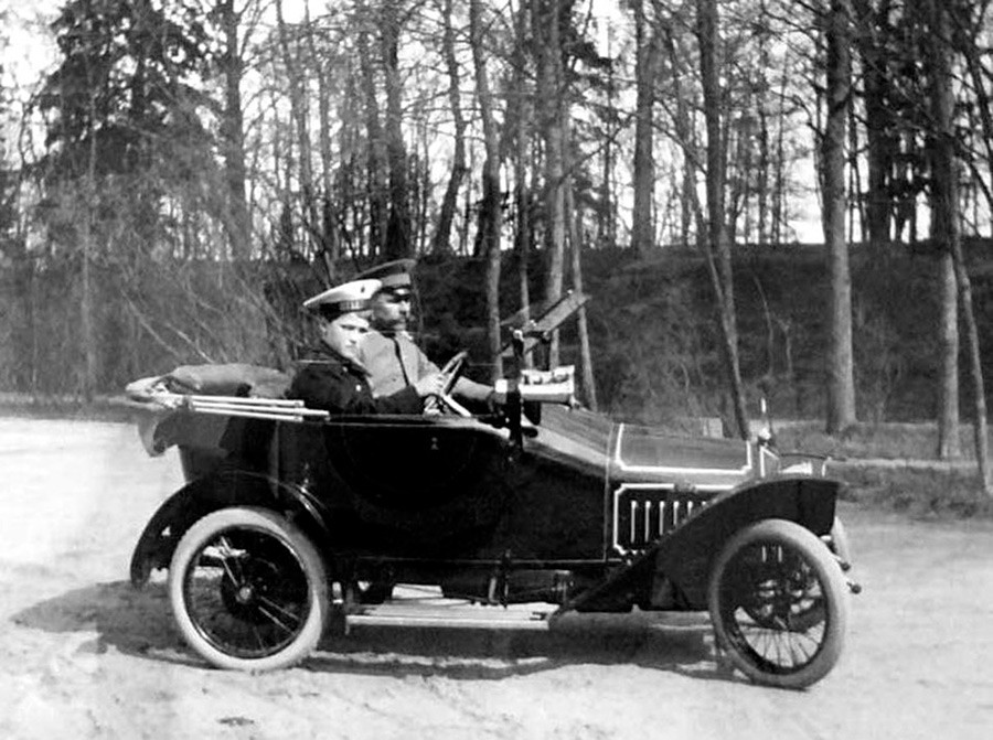 プジョー・ベビーを運転しているアレクセイ皇太子