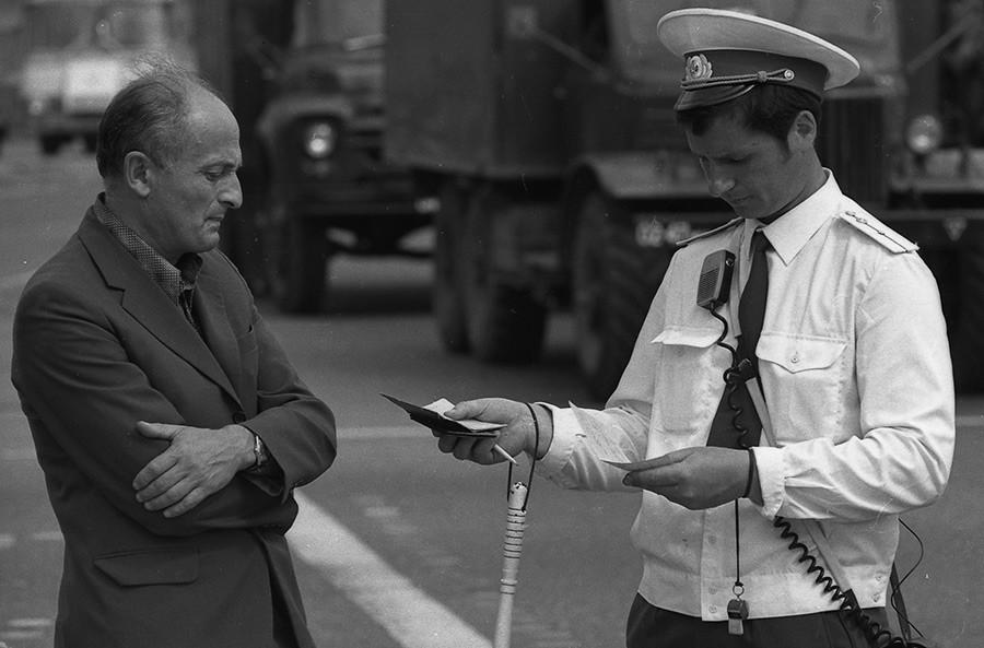 ドライバーの免許を確認している自動車監督局。