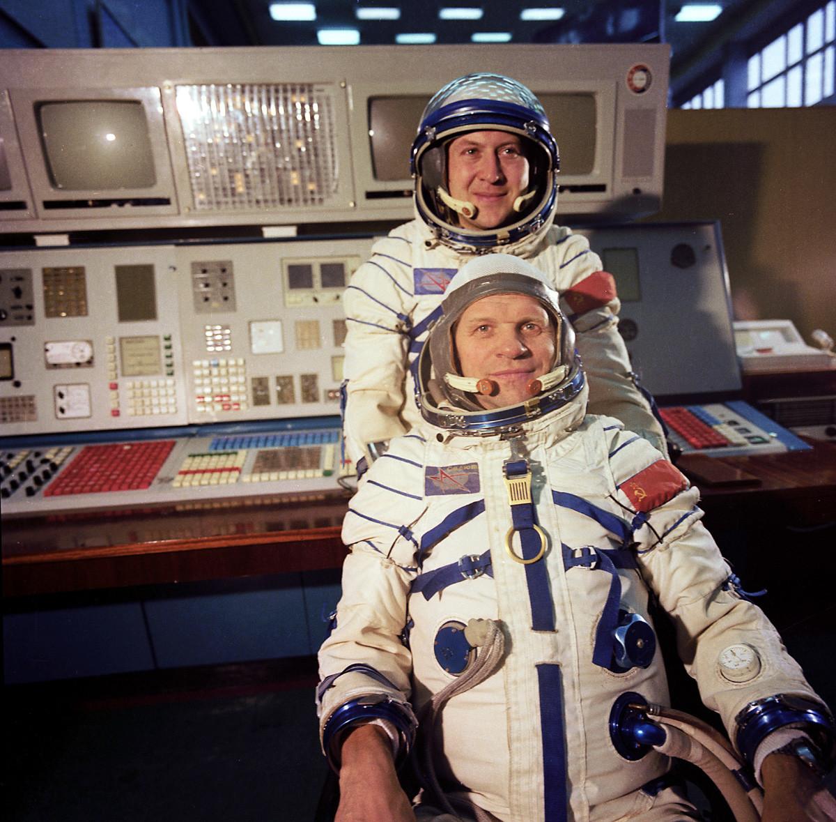 「ソユーズ28号」 国際スペース・ミッションの参加者である宇宙飛行士。研究宇宙飛行士のウラジミール・レメク(チェコスロバキア)、ミッションの指導者とソ連邦英雄であるソ連の飛行士アレクセイ・グバレフ。ガガーリン宇宙飛行士訓練センターにて。ソユーズ28号は1978 年5 月2 日に発射された。