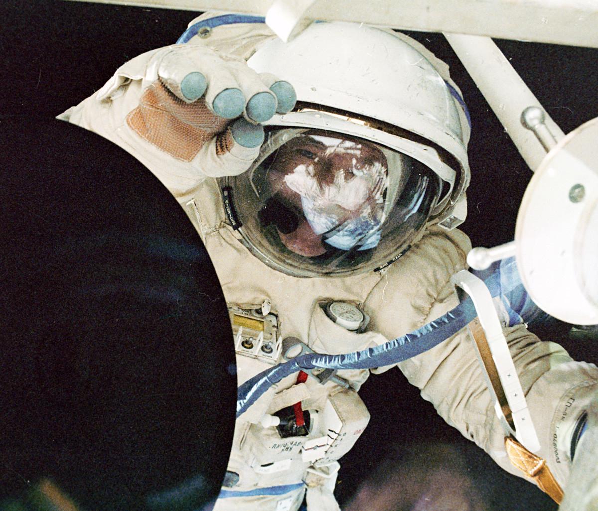 宇宙空間でのフランスの宇宙飛行士、ジャン=ルー・クレティアン。