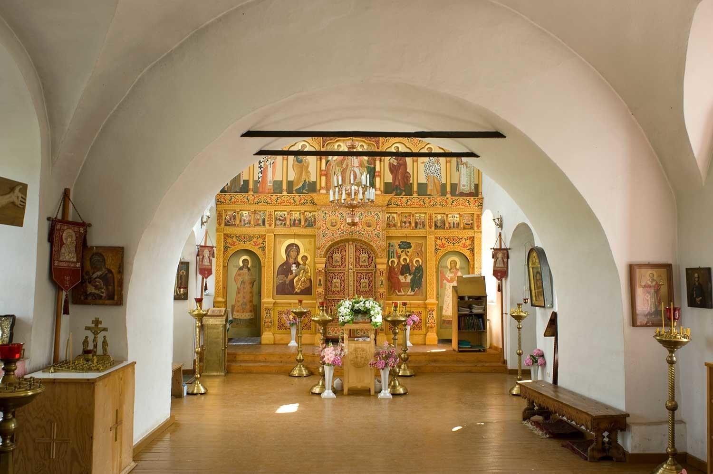 Iglesia del icono de Nuestra Señora de Smolensk, nivel superior. Vista desde el vestíbulo hacia la pantalla de iconos. 21 de agosto de 2012.