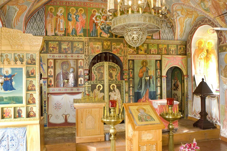 Iglesia del Icono de Nuestra Señora de Smolensk, nivel inferior con altar de San Sergio. Pantalla de iconos. 21 de agosto de 2012.