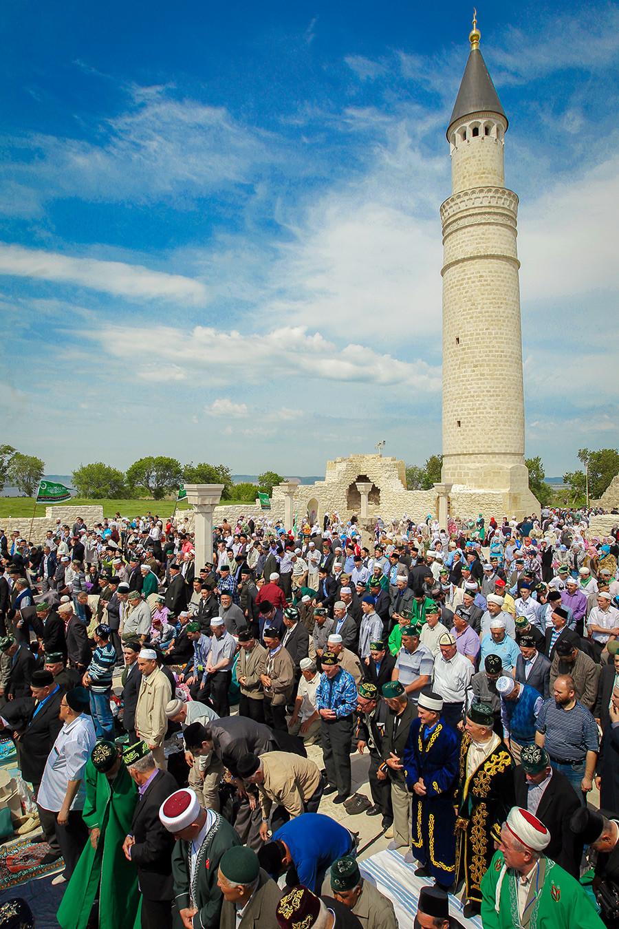 Masyarakat muslim melaksanakan ibadah salat berjamaah selama perayaan peringatan pengadopsian Islam yang ke-1124 oleh Bulgaria Volga.