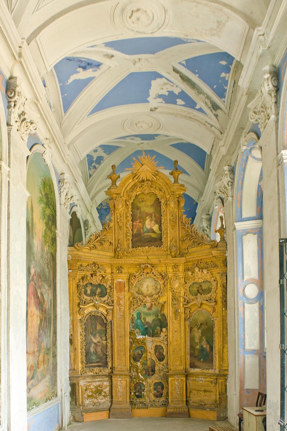 ゴリツキー生神女就寝修道院。 生神女就寝大聖堂 。南側の生神女福音(受胎告知)礼拝堂。イコノスタスを望む。2012年7月12日。