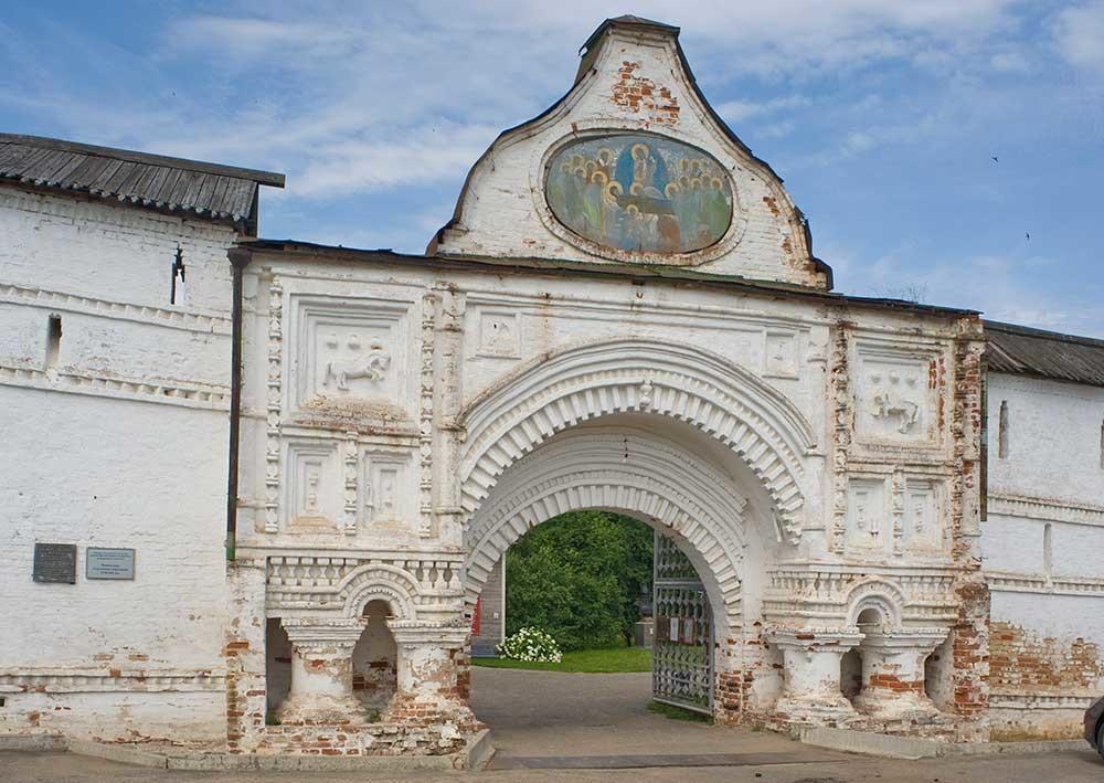 ゴリツキー生神女就寝修道院。 東門。東側の景観。 2012年7月12日。