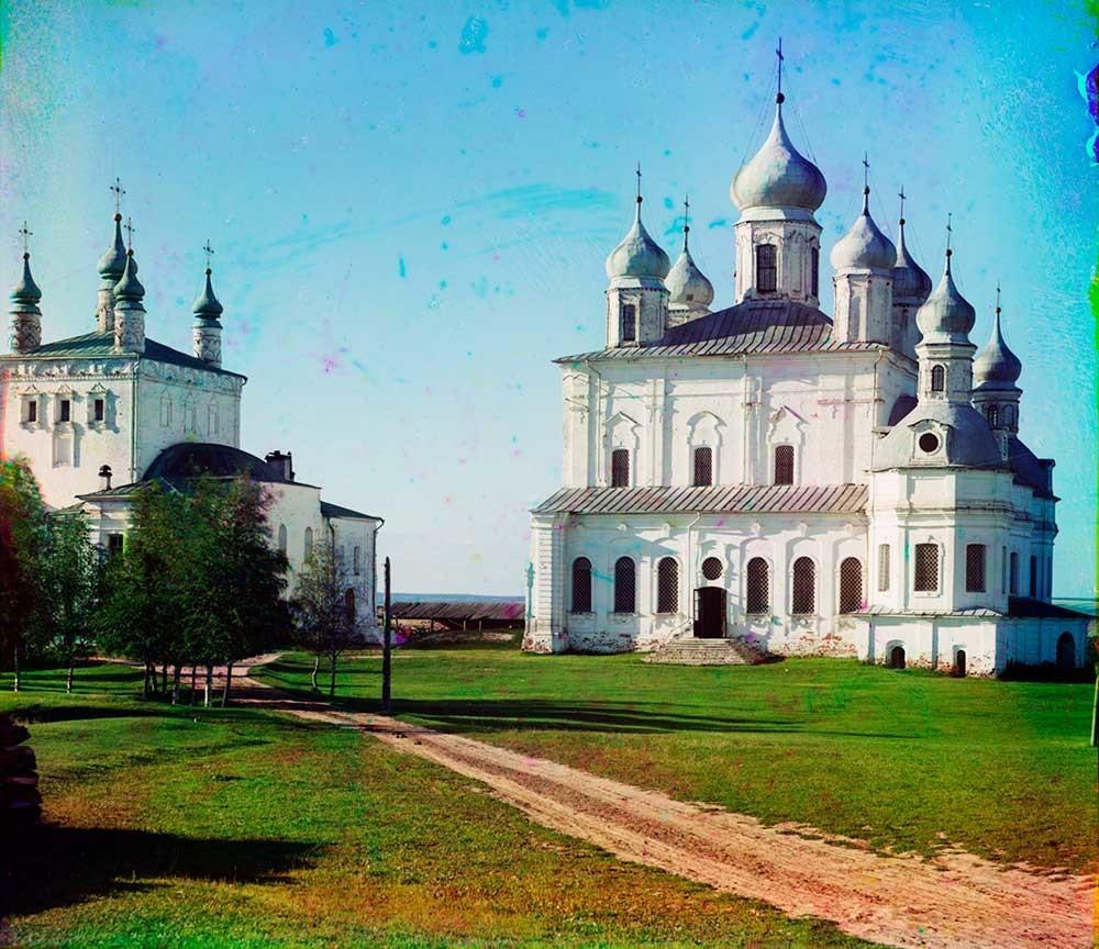 ゴリツキー生神女就寝修道院。 生神女就寝大聖堂。南側の景観。左は全聖人教会。1911年夏。