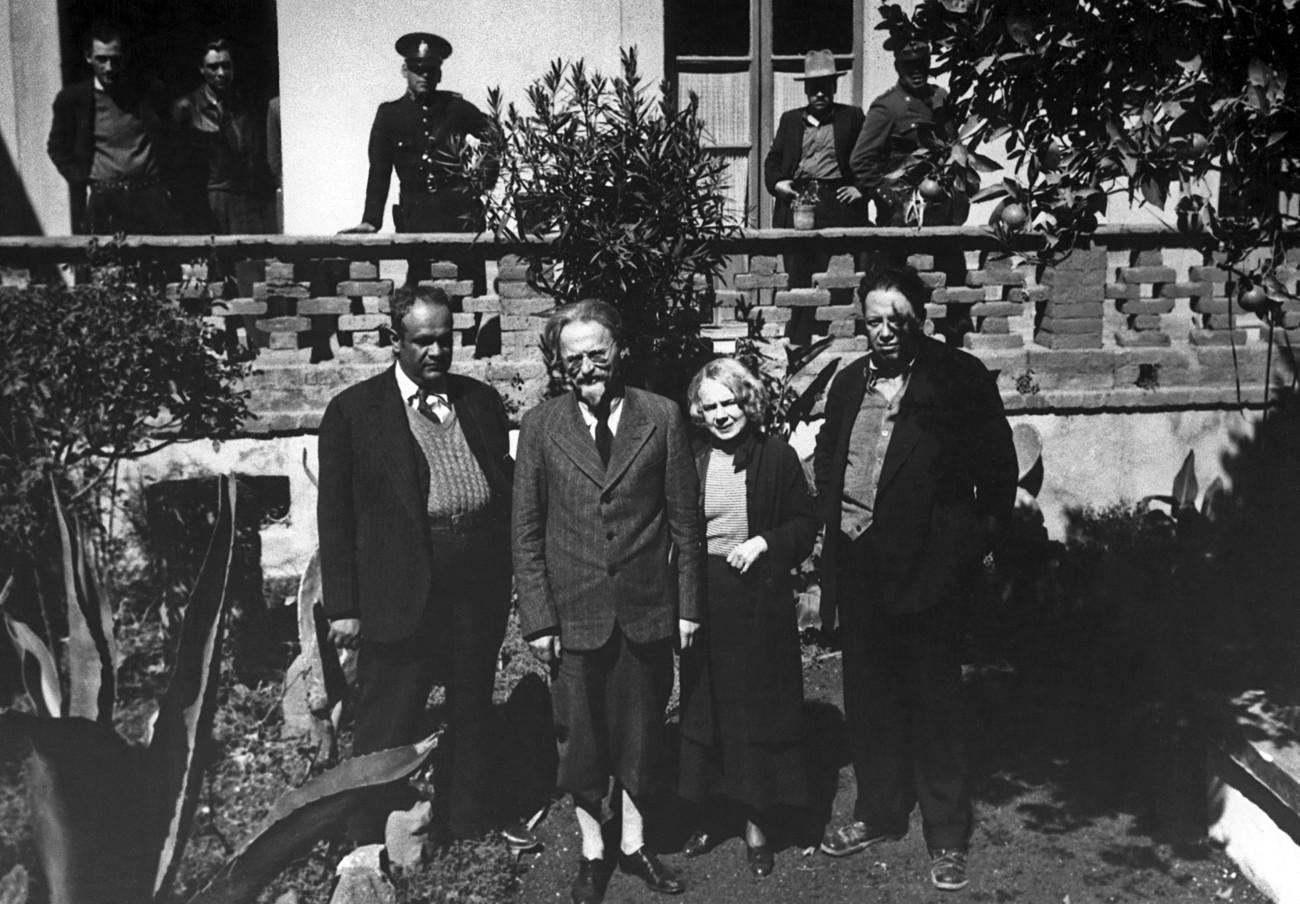 Lev Trocki (1879 – 1940; drugi z leve) s soprogo Natalijo Sedovo (1882 – 1962) in z mehiškim slikarjem Diegom Rivero (1886 – 1957; skrajno desno) v času njegovega mehiškega izgnanstva okrog leta 1938.