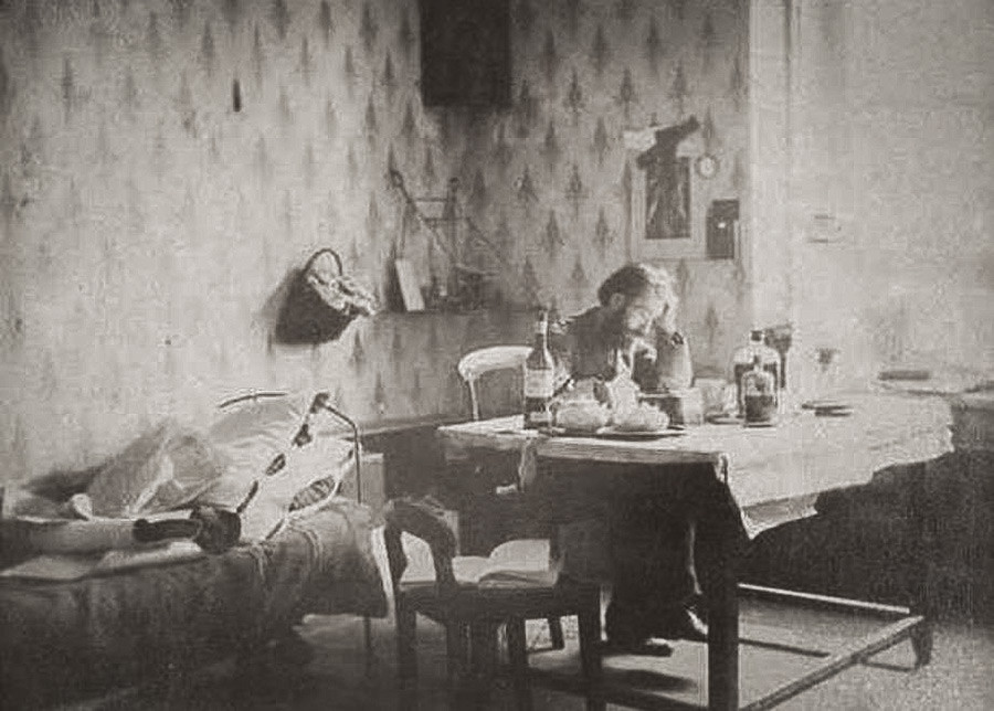 Ivan Boldirjev ob delu s svojim fotografskim filmom