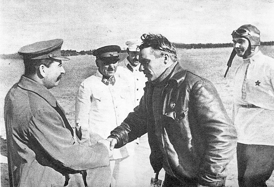 Stálin cumprimenta Tchkalov. Na foto também estão Vorotchilov, Kaganovitch e Beliakov