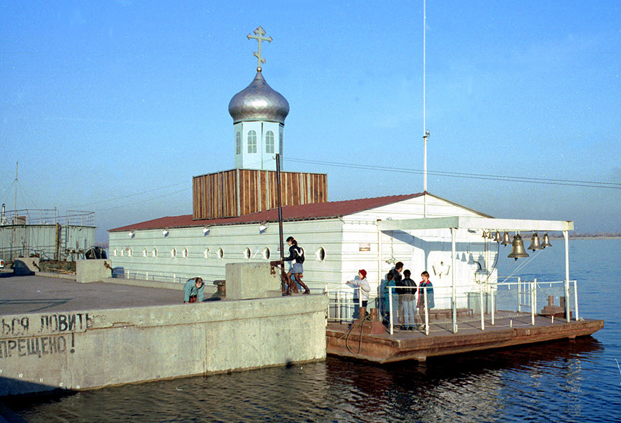 Црква на води посвећена Светом Инокентију у централном пристаништу Волгограда.