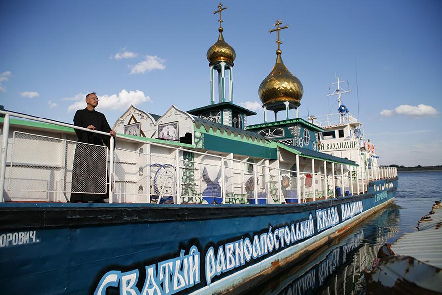 """Црква на води посвећена Светом Владимиру, подигнута на некадашњем десантном броду """"Ољокма""""."""