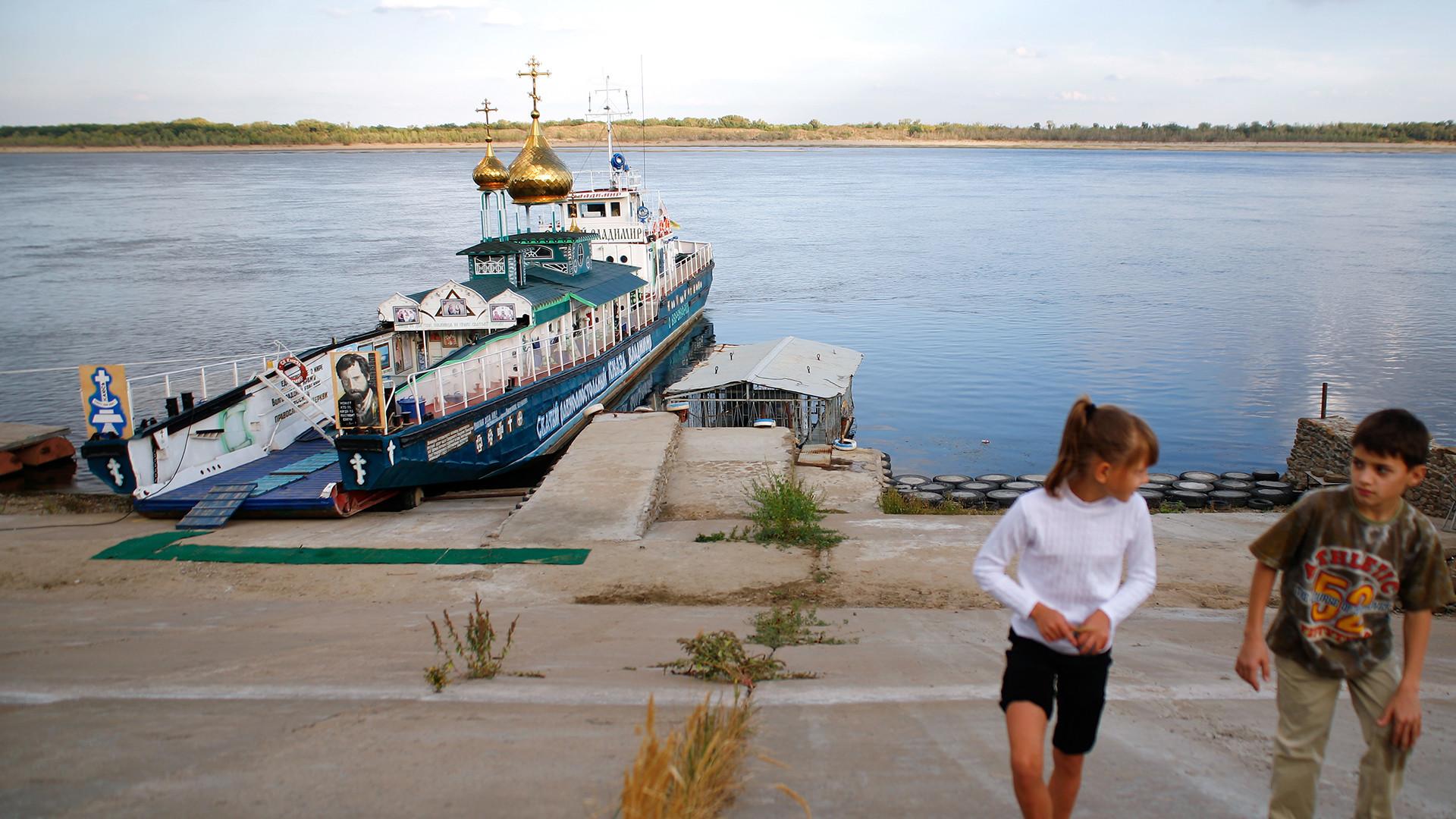 """Crkva na vodi posvećena Svetom Vladimiru, podignuta na nekadašnjem desantnom brodu """"Oljokma""""."""