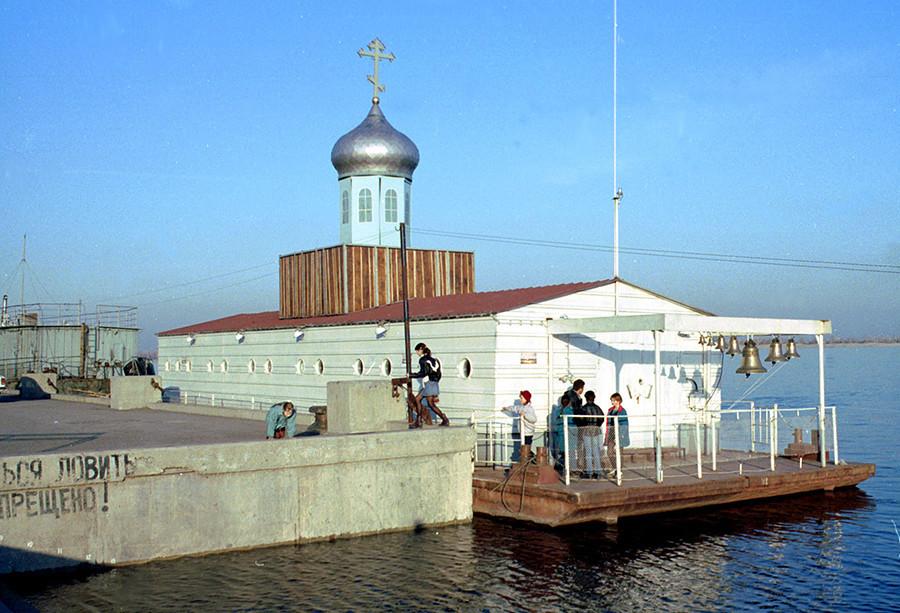 Plavajoča katedrala sv. Inokentija na privezu ob osrednjem nabrežju v Volgogradu