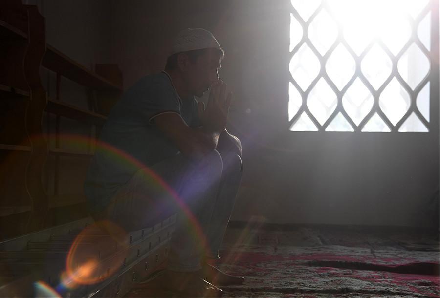 Seorang muslim tengah berdoa di Masjid Juma-Jami, Yevpatoria, pada perayaan Hari Raya Idul Adha.