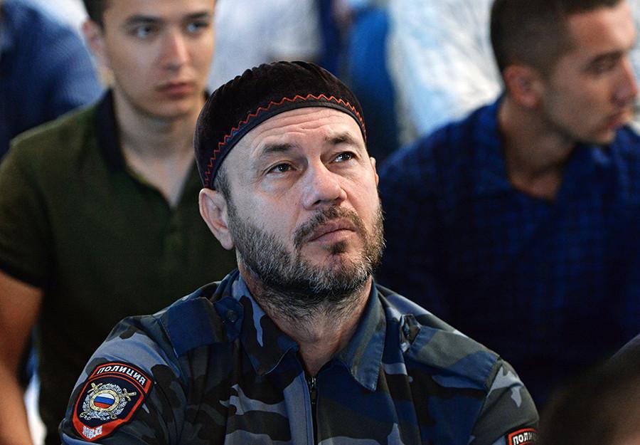 Seorang polisi muslim mendengarkan khotbah setelah salat Id di Masjid Jantung Chechnya, Grozny, Republik Chechnya, Rusia.