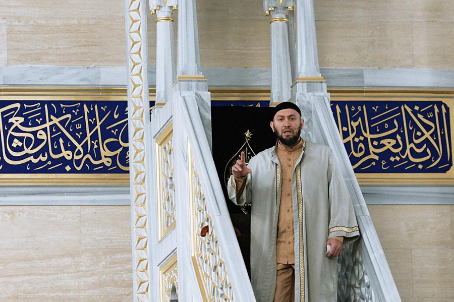 Imam Aslan Abdulayev berkhotbah setelah salat Id di Masjid Jantung Chechnya, Grozny, Republik Chechnya, Rusia.